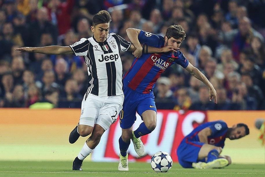 Piłkarz Juventusu Paulo Dybala i zawodnik Barcelony Sergi Roberto w rewanżowym meczu ćwierćfinału Ligi Mistrzów /ALEJANDRO GARCIA  /PAP/EPA