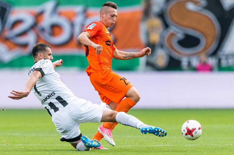 Piłkarz KGHM Zagłębia Lubin Adam Matuszczyk (P) i Grzegorz Baran (L) z Sandecji /Maciej Kulczyński /PAP