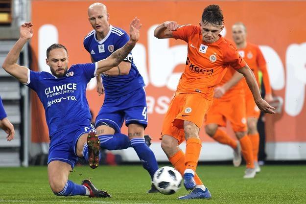 Piłkarz KGHM Zagłębie Lubin Łukasz Poręba (P) w czasie meczu ekstraklasy z Piastem Gliwice /PAP