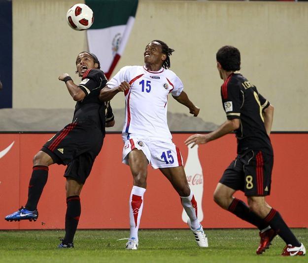 Piłkarz Kostaryki Junior Diaz (w środku) /PAP/EPA