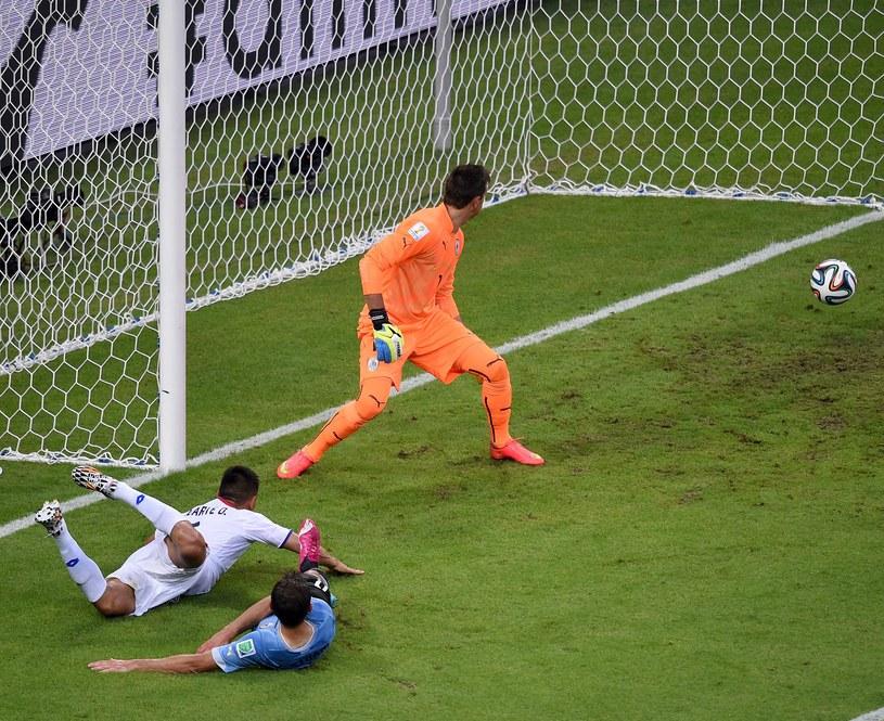 Piłkarz Kostaryki Oscar Duarte (w białym stroju) strzela gola w meczu z Urugwajem /AFP