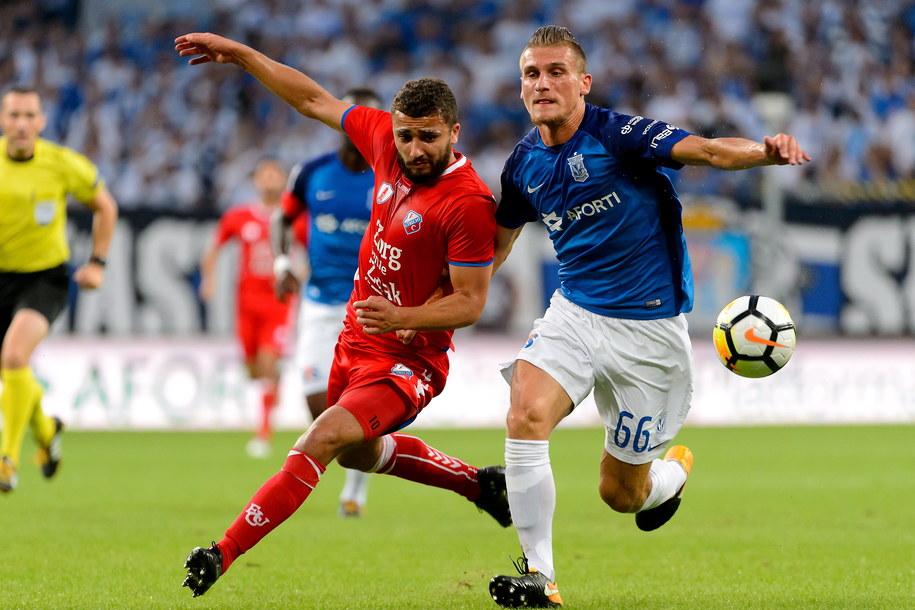 Piłkarz Lecha Poznań Emil Dilaver (po prawej) i Zakaria Labyad z FC Utrecht /Jakub Kaczmarczyk /PAP