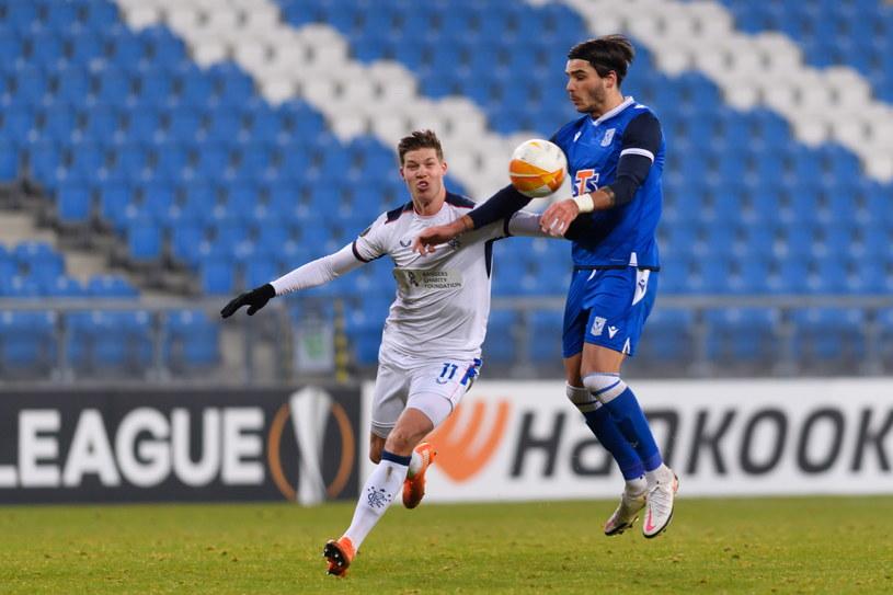 Piłkarz Lecha Poznań Karlo Muhar (z prawej) i Cedric Itten z Rangers FC /Jakub Kaczmarczyk /PAP