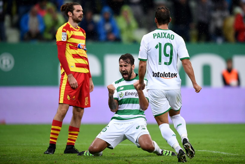 Piłkarz Lechii Gdańsk Błażej Augustyn (C) cieszy się z gola z Marco Paixao (P) /Jan Dzban /PAP