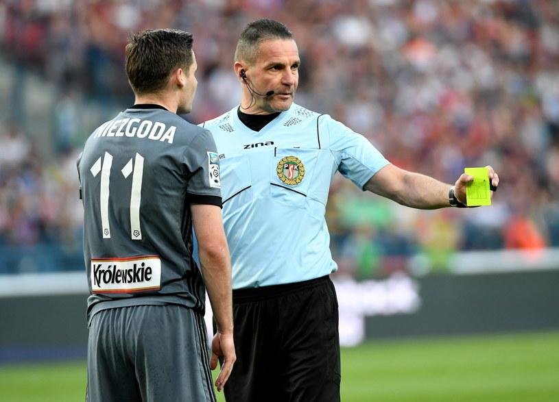 Piłkarz Legii Jarosław Niezgoda (L) i sędzia Mariusz Złotek (P) podczas meczu z Wisłą /Jacek Bednarczyk   /PAP
