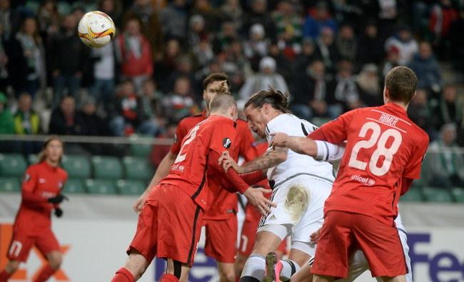 Piłkarz Legii Warszawa Aleksandar Prijović (2P) strzela bramkę podczas meczu z duńskim FC Midtjylland /Bartłomiej Zborowski /PAP