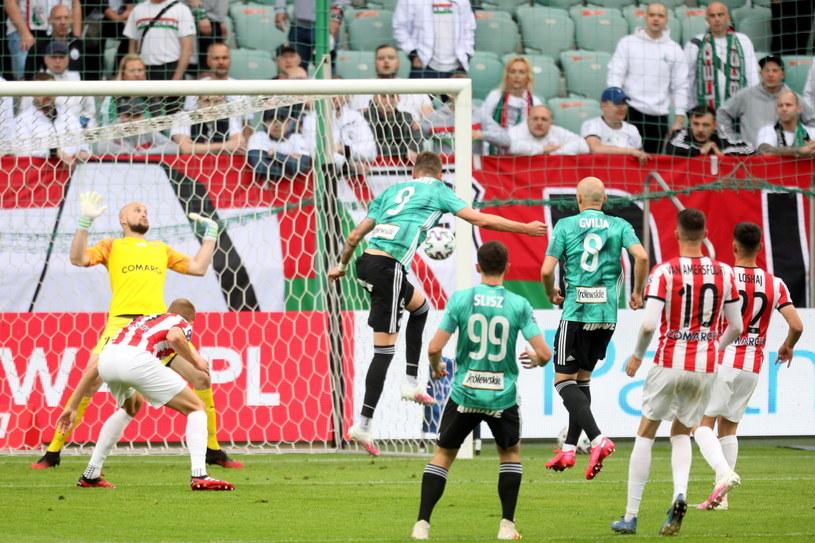Piłkarz Legii Warszawa Tomas Pekhart strzela gola na 1-0 / Leszek Szymański    /PAP