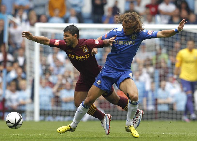 Piłkarz Manchesteru City Sergio Aguero (z lewej) w starciu z Brazylijczykiem Davidem Luizem z Chelsea /AFP