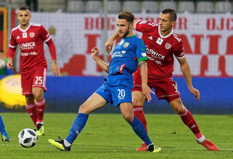 Piłkarz Miedzi Legnica Mateusz Szczepaniak (w środku) i Tomasz Jodłowiec (z prawej) z Piasta Gliwice /Jan Karwowski /PAP