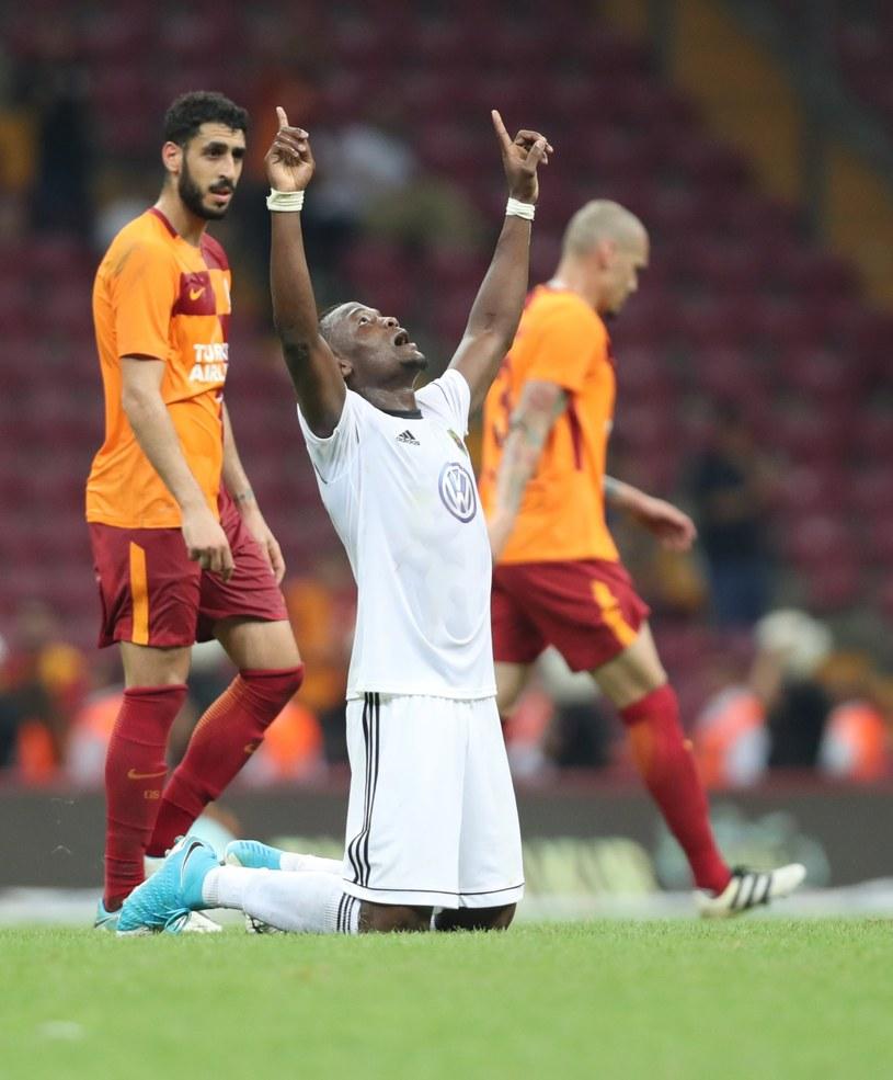 Piłkarz Oestersunds FK Salisu Abdullahi Gero cieszy się z sensacyjnego awansu do 3. rundy el. LE /PAP