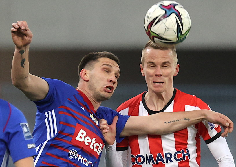 Piłkarz Piasta Gliwice Jakub Świerczok (z lewej) i Dawid Szymonowicz z Cracovii /Andrzej  Grygiel /PAP