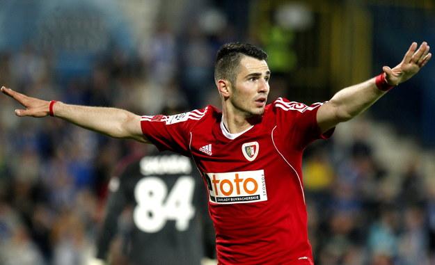 Piłkarz Piasta Gliwice Josip Barisic cieszy się z gola w meczu z Ruchem Chorzów /Andrzej Grygiel /PAP