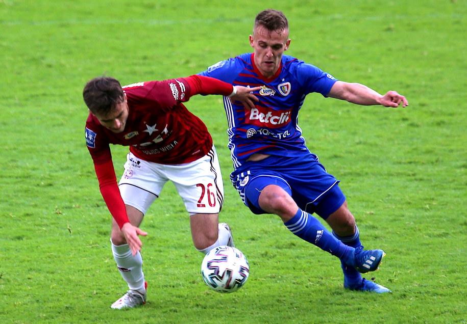 Piłkarz Piasta Gliwice Sebastian Milewski (P) i Kamil Wojtkowski (L) z Wisły Kraków / Andrzej Grygiel    /PAP