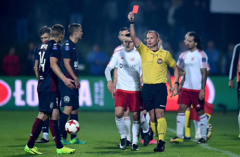 Piłkarz Pogoni Dawid Niepsuj (L) ukarany czerwoną kartką przez sędziego Sylwestra Rasmusa /Jan Dzban /PAP