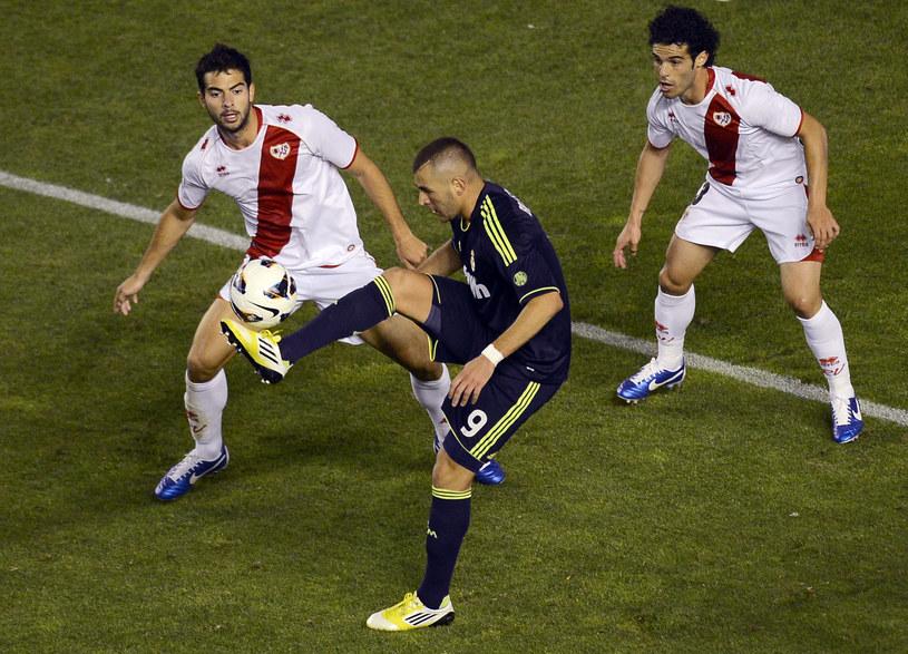 Piłkarz Realu Karim Benzema w starciu z Jordim Amatem (Rayo Vallecano) /AFP