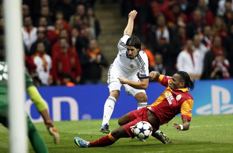 Piłkarz Realu Sami Khedira (z lewej) i Didier Drogba z Galatasaray /PAP/EPA