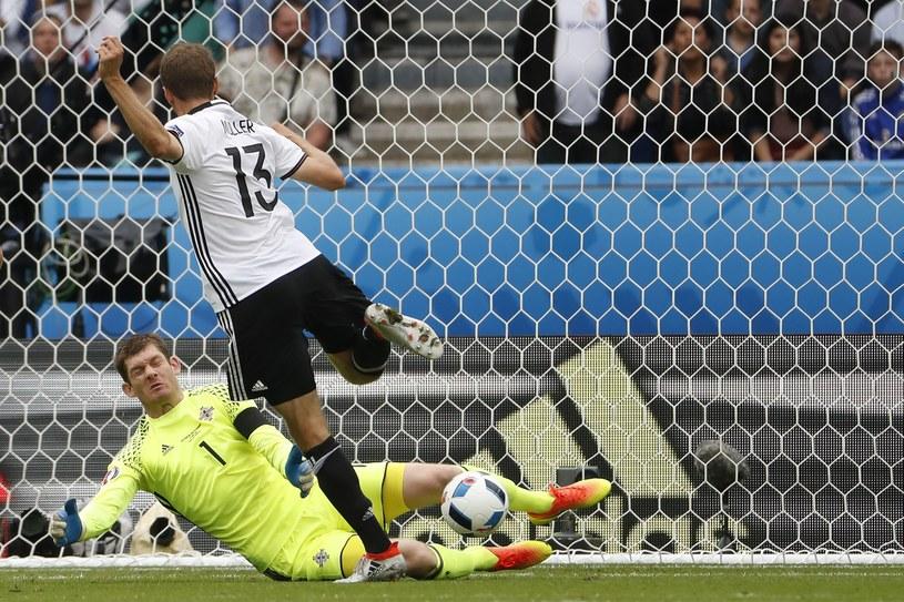 Piłkarz reprezentacji Niemiec Thomas Mueller w ataku na bramkę Irlandii Płn. /AFP