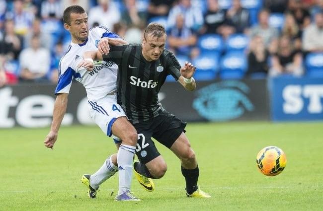 Piłkarz Ruchu - Łukasz Surma (z lewej) i Martin Pusic, gracz Esbjerg fB /PAP/EPA