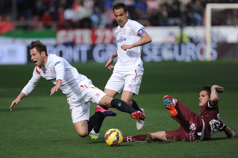 Piłkarz Sevilli Grzegorz Krychowiak (z lewej) podczas meczu z Cordobą /AFP