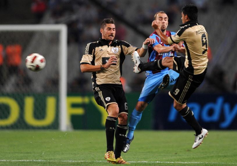 Piłkarz Trabzonsporu Adrian Mierzejewski (w środku) /AFP