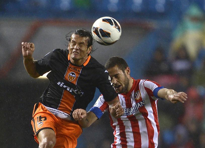 Piłkarz Valencii Nelson Valdez (z lewej) walczy o piłkę z zawodnikiem Atletico Madryt Mariem Suarezem /AFP