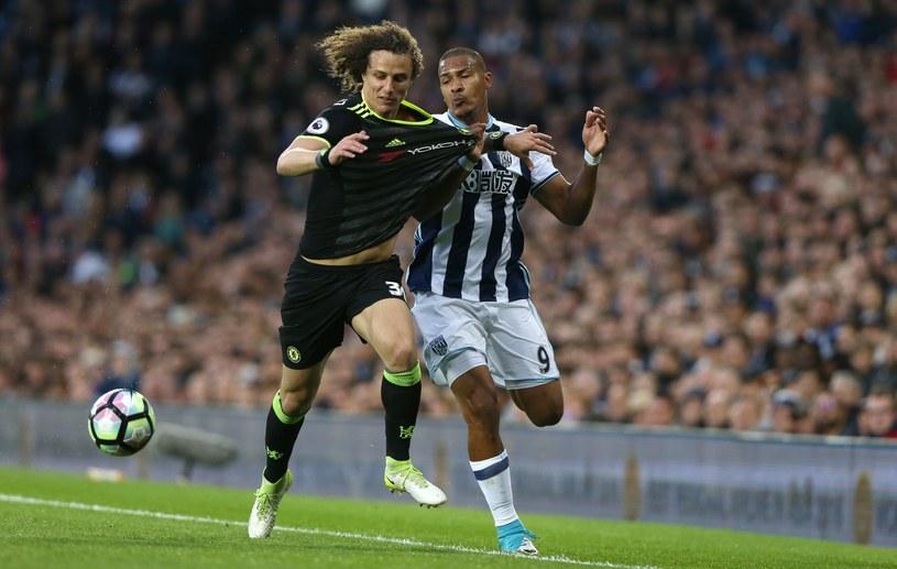 Piłkarz West Bromwich Albion Salomon Rondon (z prawej) i obrońca Chelsea David Luiz /PAP/EPA