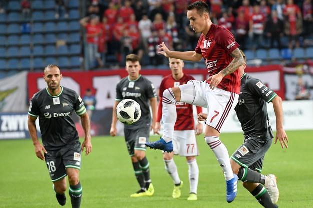 Piłkarz Wisły Kraków Dawid Kort (po prawej) i Flavio Paixao z Lechii Gdańsk podczas meczu Ekstraklasy /Jacek Bednarczyk /PAP