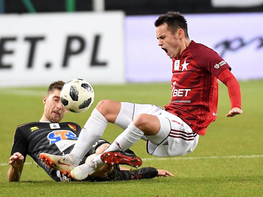 Piłkarz Wisły Kraków Dawid Kort (po prawej) i Taras Romańczuk z Jagiellonii Białystok (po lewej) /Jacek Bednarczyk   /PAP