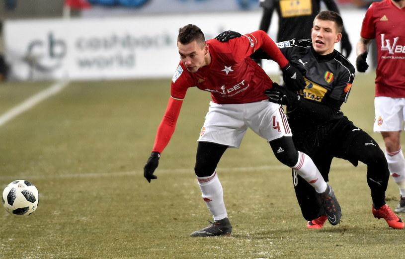 Piłkarz Wisły Kraków Maciej Sadlok (L) i Mateusz Możdżeń (P) z Korony Kielce /Jacek Bednarczyk   /PAP