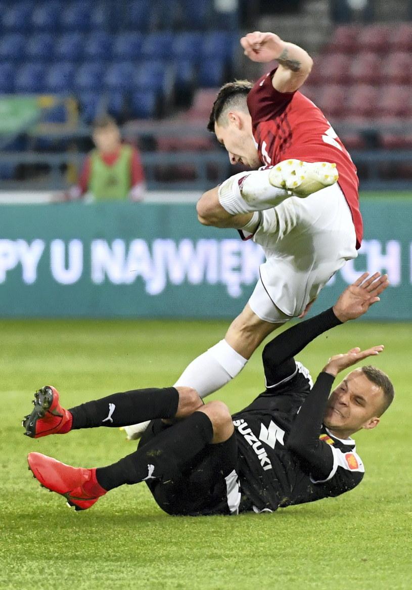 Piłkarz Wisły Kraków Marko Kolar (góra) i Marcin Cebula (dół) z Korony Kielce /Jacek Bednarczyk   /PAP