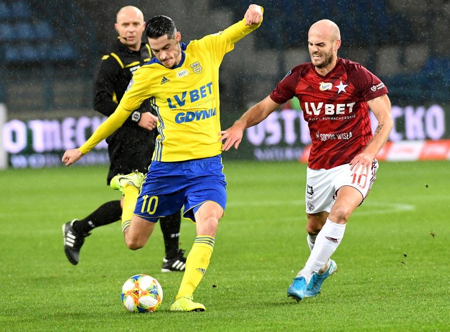 Piłkarz Wisły Kraków Vullnet Basha (po prawej) i Marko Vejinović  z Arki Gdynia /Jacek Bednarczyk   /PAP