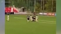 Piłkarz zaatakował sędziego. Przewrócił, a potem kopnął. Wideo