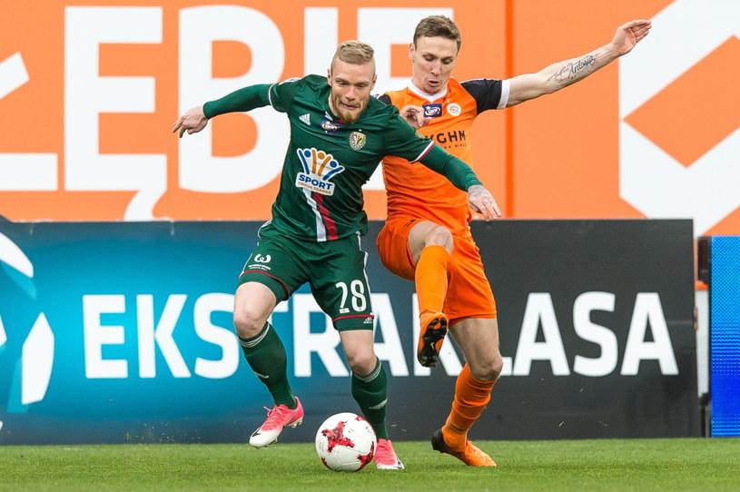 Piłkarz Zagłębia Lubin Arkadiusz Woźniak (z prawej) i Mateusz Lewandowski /Maciej Kulczyński /PAP