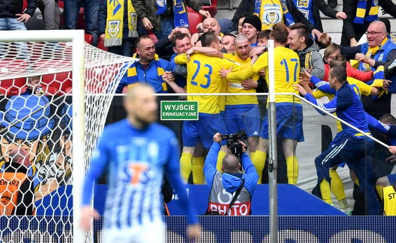 Piłkarze Arki (w tle) cieszą się ze zdobytej bramki w finale PP z Lechem Poznań /Bartłomiej Zborowski /PAP