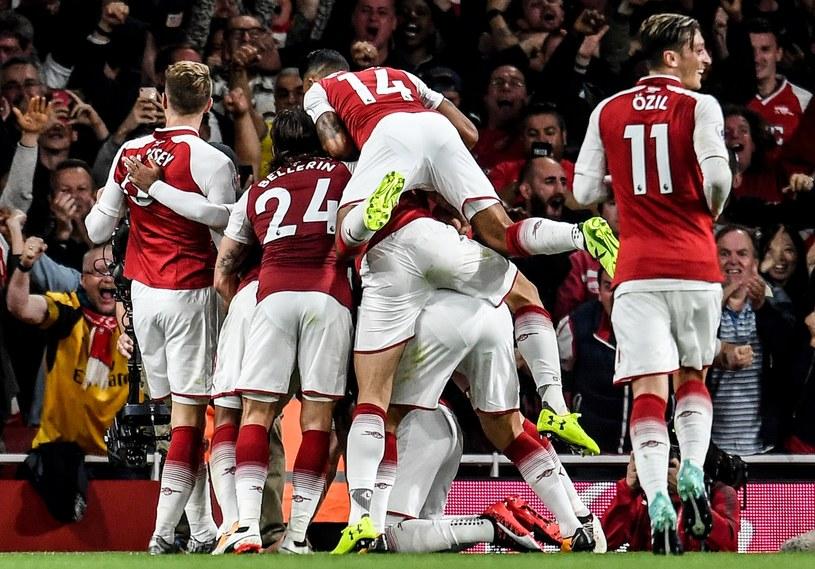 Piłkarze Arsenalu cieszą się z bramki /PAP/EPA