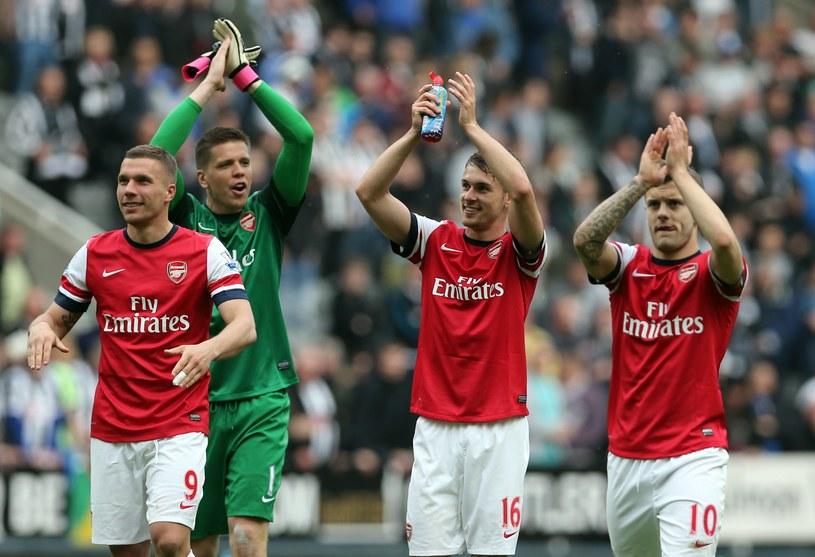 Piłkarze Arsenalu Londyn cieszą się ze zwycięstwa /AFP