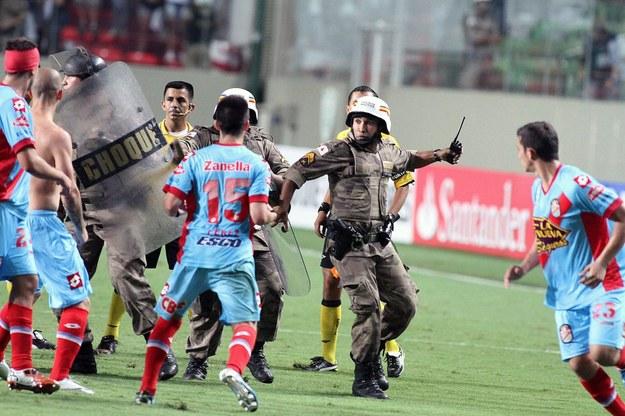 Piłkarze Arsenalu Sarandi zaatakowali policjantów /PAP/EPA