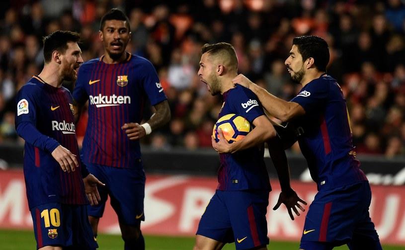 Piłkarze Barcelony cieszą się po wyrównującym golu Jordiego Alby (P) /AFP