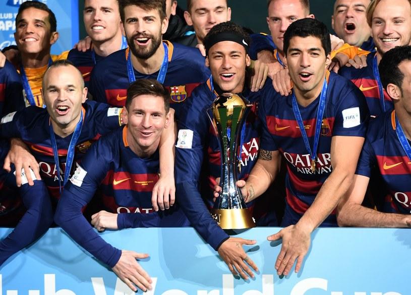 Piłkarze Barcelony fetują zdobycie mistrzostwa świata /AFP