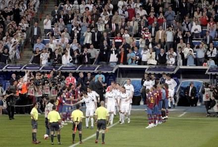 Piłkarze Barcelony oddają cześć Realowi /AFP