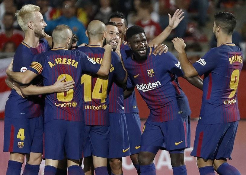 Piłkarze Barcelony świętują zdobycie bramki na Estadi Montilivi /PAP/EPA