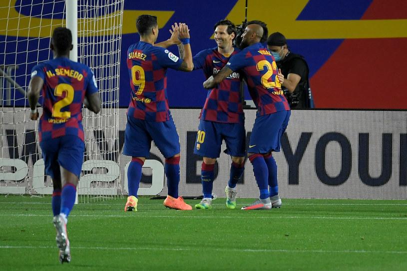 Piłkarze Barcelony w kolejnym sezonie będą grać w nowych strojach /LLUIS GENE /AFP