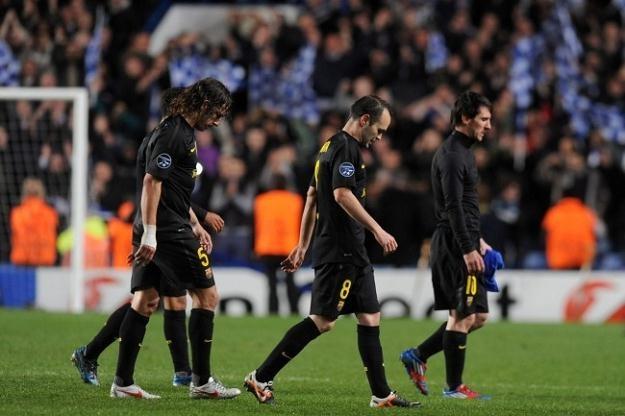 Piłkarze Barcelony ze spuszczonymi głowami opuszczali Stamford Bridge /PAP/EPA
