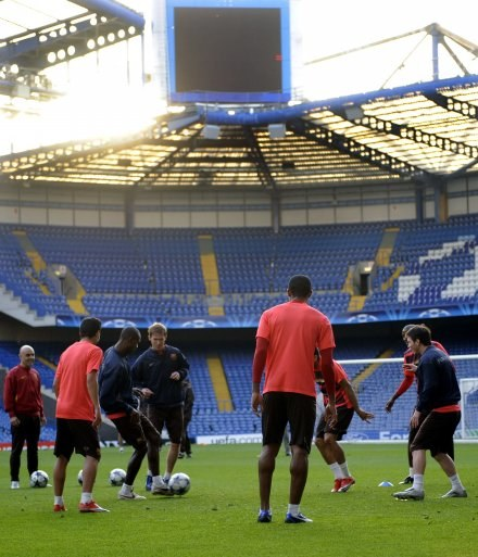 Piłkarze Barcy na Stamford Bridge byli w świetnych nastrojach. Czy tak będzie po meczu? /AFP