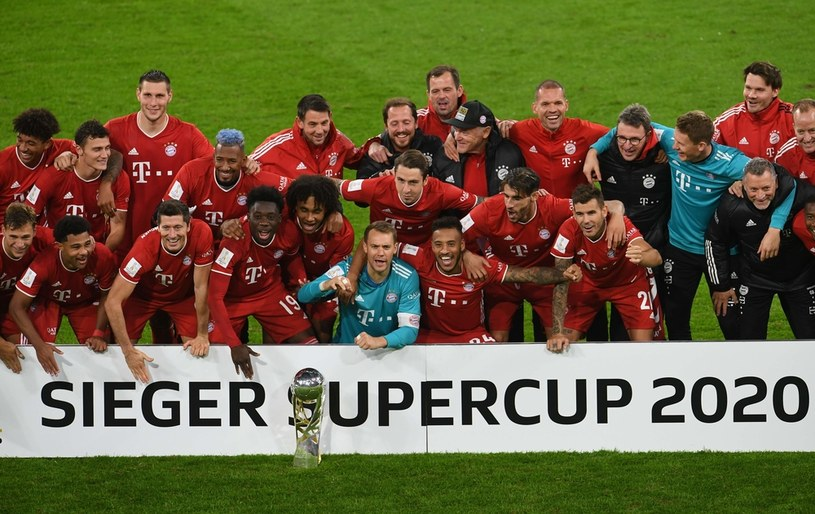 Piłkarze Bayernu celebrują zdobycie Superpucharu Niemiec /AFP