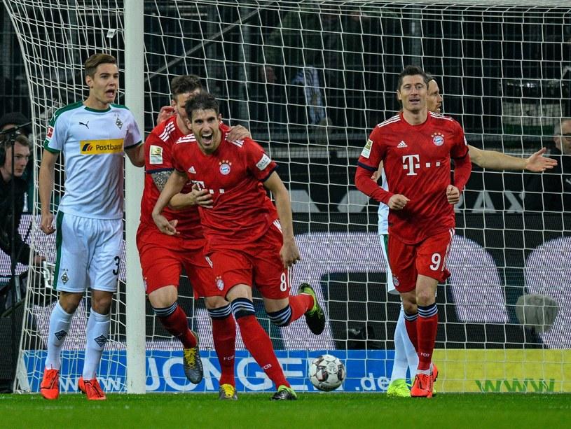 Piłkarze Bayernu cieszą się z gola w meczu z Borussią Moenchengladbach. Z prawej Robert Lewandowski /AFP