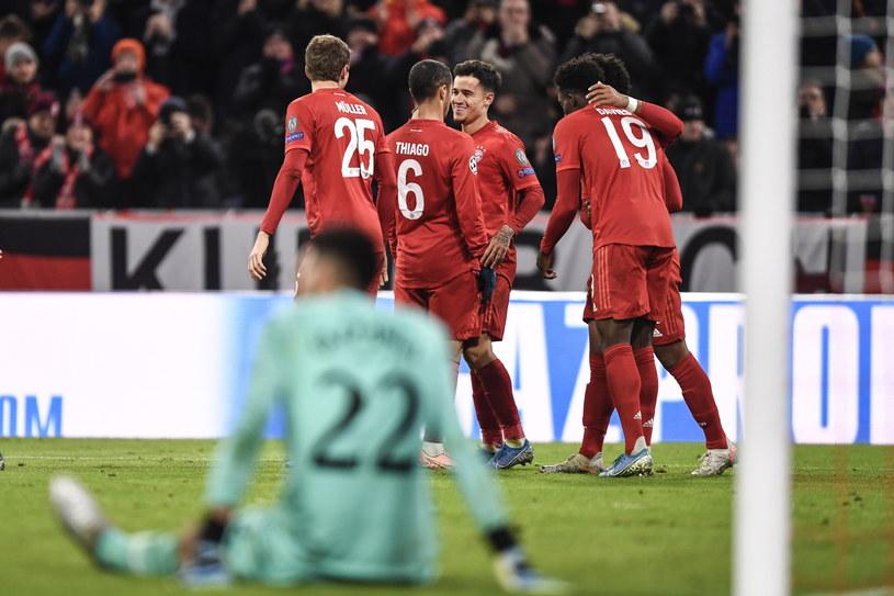 Piłkarze Bayernu cieszą się ze zdobycia bramki. Siedzi bramkarz Tottenhamu Paulo Gazzaniga /PAP/EPA/LUKAS BARTH-TUTTAS /PAP/EPA