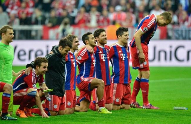 Piłkarze Bayernu po meczu /PAP/EPA/MARC MUELLER /PAP/EPA