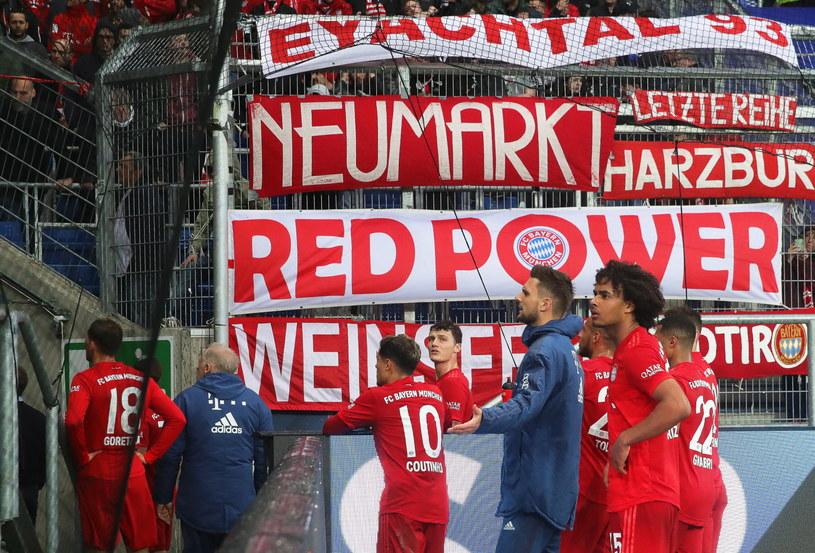Piłkarze Bayernu rozmawiający z kibicami /PAP/EPA