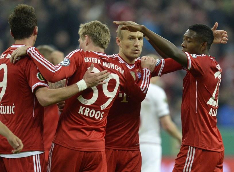 Piłkarze Bayernu świętują bramkę w meczu z Kaiserslautern /AFP
